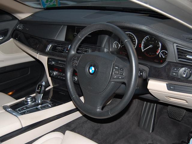 BMW750車内
