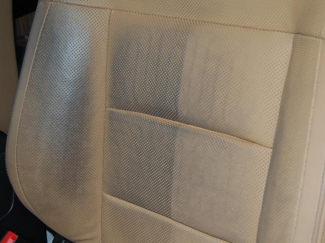 レザーシートの黒ずみ汚れクリーニング半分